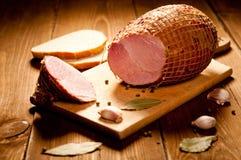 Hel skinka med bröd Arkivbild