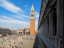 Hel St Mark fyrkant med campanilen och domkyrkan och folkmassor av folk i Venedig royaltyfria bilder