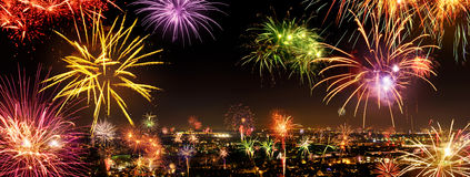 Hel stad som firar det nya året med fyrverkerier Royaltyfria Bilder