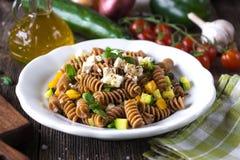 Hel vetepasta med grönsaker och feta Royaltyfri Foto