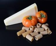 Hel vetepasta med tomater och parmesanost Arkivbild