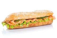 Hela korn för bagettsubsmörgås med rökte den nya laxfisken fotografering för bildbyråer