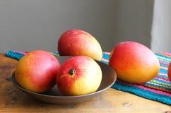 Hela mango på en tabell Arkivfoto