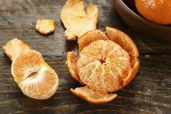 Hela och skalade mandariner Arkivbilder