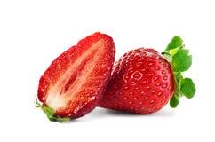 Hela och skivade jordgubbar Royaltyfri Bild