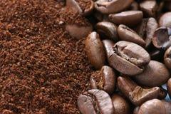 Hela och slipade kaffebönor Arkivfoton