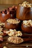 Hela och strimlade jordnötter Arkivfoton