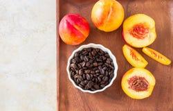 Hela organiska frukter för mogna saftiga nektariner och skiva och kaffe Royaltyfri Foto