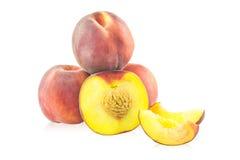 Hela persikor och skivor av persikor Royaltyfri Foto