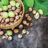 Hela valnötter och gjort klar i begreppet för bästa sikt för korgsvartdet träbakgrund sunda Arkivfoton