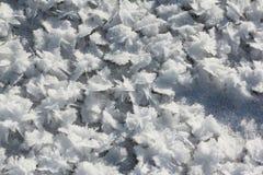 Helada de la nieve en el hielo en el río foto de archivo