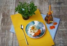 Helado blanco con los albaricoques secados, physalis, semillas de calabaza, cucharilla, árbol, botella con una bebida en fondo gr fotos de archivo libres de regalías