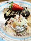 Helado con browny y la fresa Imagen de archivo libre de regalías