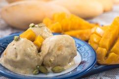 Helado con el mango y las nueces Foto de archivo libre de regalías