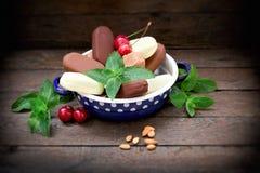Helado con vainilla, caramelo, la cereza, la avellana y la almendra en días calientes del suumer imagen de archivo