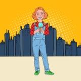 Helado de Art Little Girl Eating Tasty del estallido delante de la ciudad El niño feliz lindo prueba el postre frío ilustración del vector