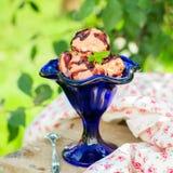 Helado de chocolate con la salsa de dulce de azúcar en un cuenco azul Imagen de archivo libre de regalías