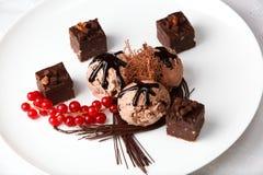 Helado de chocolate con los caramelos y las pasas rojas Foto de archivo