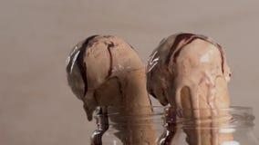 Helado de chocolate en conos de la galleta metrajes
