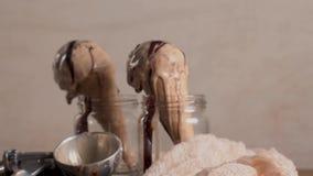 Helado de chocolate en conos de la galleta almacen de video