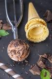 Helado de chocolate en cucharada con el cono Imagen de archivo libre de regalías