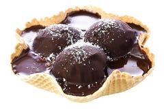 Helado de chocolate y coco en cuenco de la galleta Fotografía de archivo libre de regalías
