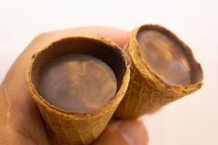 Helado del chocolate y del café en cono de la galleta con los granos de café en fondo de piedra gris Concepto de la comida del ve foto de archivo