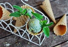 Helado del pistacho en un cono de la galleta Fotografía de archivo