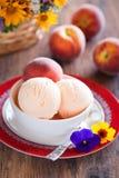 Helado del yogur del melocotón Fotos de archivo libres de regalías