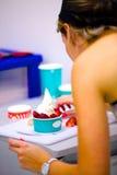 Helado del yogur que es servido Imágenes de archivo libres de regalías