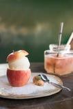 helado dulce de vainilla por la mitad de la manzana y de poca fresa Foto de archivo libre de regalías