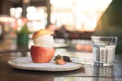 helado dulce de vainilla por la mitad de la manzana y de poca fresa o Fotos de archivo libres de regalías
