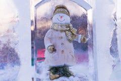 Helado el muñeco de nieve en hielo imagen de archivo
