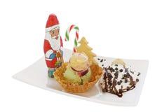 Helado en cono/cuenco de la oblea con la decoración de la Navidad Imagenes de archivo