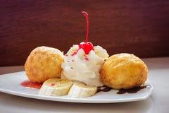 Helado frito y crema azotada Foto de archivo