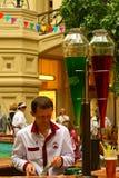 Helado la tienda colorido en el centro de la GOMA, Moscú, Rusia. Fotografía de archivo libre de regalías