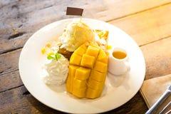 Helado maduro del mango con la tostada de la miel Imagen de archivo
