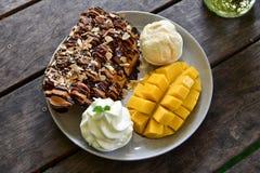 Helado maduro del mango con la tostada de la miel Imagen de archivo libre de regalías