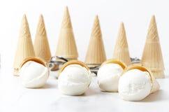 Helado y conos deliciosos de las galletas en la tabla blanca Concepto de opinión superior de los bocados y de los dulces del vera fotos de archivo libres de regalías