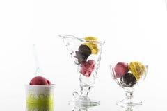 Helados coloridos del helado, y taza para llevar en el fondo blanco Imagen de archivo