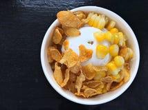 helados poner crema con maíz y la corriente de los copos de maíz en un cuenco Fotografía de archivo libre de regalías