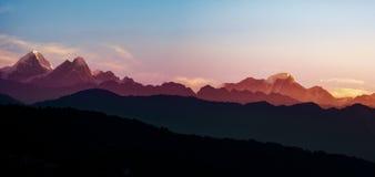 Helambu bergskedjapanorama fotografering för bildbyråer