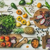 Helathy烹调与未煮过的fruites和菜的素食主义者食物背景 免版税库存图片