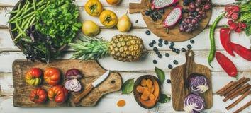 Helathy烹调与fruites和菜的素食主义者食物背景 免版税库存图片