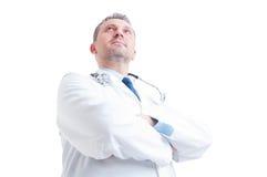 Held in lage hoek van jonge arts of dokter wordt geschoten die royalty-vrije stock afbeeldingen