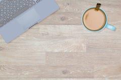 Held-Titelbild des sauberen Desktops mit Becher Kaffee Stockfotos