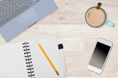 Held-Titelbild des sauberen Desktops mit Becher Kaffee Stockbilder