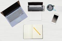 Held-Titelbild des sauberen Desktops mit Becher Kaffee Stockfotografie