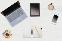 Held-Titelbild des sauberen Desktops mit Becher Kaffee Lizenzfreie Stockfotografie