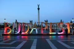 Helden quadratisch in Budapest mit Holzschild Stockfotos